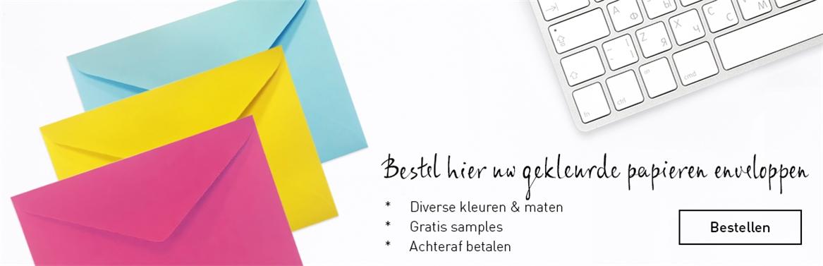 gekleurde papieren enveloppen